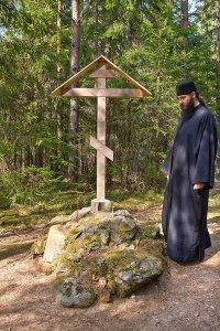 Крест, установленный на месте первых подвигов преп. Нила Столобенского. Деревня Красуха. Река Серемха
