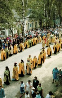 Крестный ход с мощами преп. Нила Столобенского по г. Осташкову. 9 июля 1995 г.