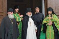 Ожидание крестного хода. Наместник монастыря архимандрит Вассиан с братией